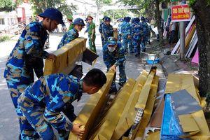 Cán bộ, chiến sĩ Lữ đoàn 147 tham gia chữa cháy tại thị xã Quảng Yên