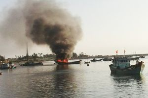 Cháy tàu cá trên biển, 2 ngư dân thoát nạn