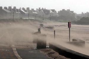 Anh: Bão chồng bão gây lũ lụt nghiêm trọng