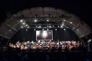 Tiến quân ca mở đầu buổi diễn của Dàn nhạc giao hưởng London