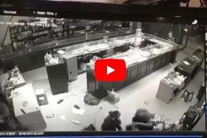 Clip: Chủ tiệm vàng vật lộn với 3 tên cướp ở Sơn La