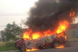 Xe khách 16 chỗ tự gây tai nạn rồi bốc cháy