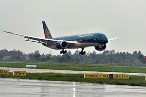 Tàu bay hạ cánh tại Sân bay Nội Bài, bùn, nước phụt lên