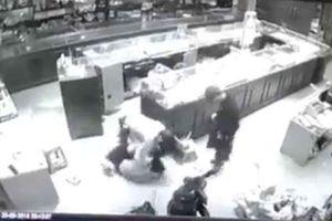 Thót tim cảnh chủ tiệm vàng đối mặt với nhóm cướp có súng ở Sơn La
