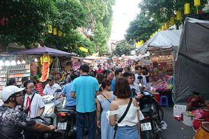 Mướt mồ hôi chen chân phố bán đồ Trung thu lớn nhất Thủ đô