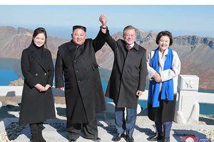 Ông Kim Jong-un 'thả tim' khi chụp ảnh cùng vợ