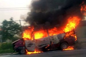 Xe khách cháy dữ dội, vợ chồng chủ xe nguy kịch
