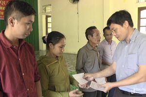 Trao tiền hỗ trợ cho hộ dân bị thiệt hại do lũ lụt ở Quỳ Hợp