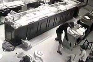Thót tim xem cảnh chủ tiệm vàng ở Sơn La vật lộn với tên cướp