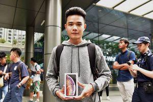 Hàng người dài xếp hàng để mua iPhone ở Singapore