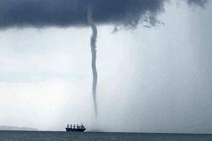 Clip: Vòi rồng khổng lồ xuất hiện ngoài biển Philippines