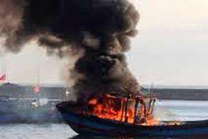 Tàu cá bốc cháy ngùn ngụt, hai ngư dân đành nhảy xuống biển