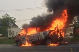 Xe 16 chỗ bốc cháy dữ dội khi mang về sửa sau tai nạn giao thông