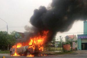 Hà Tĩnh: Chiếc xe khách 16 chỗ bốc cháy sau khi đâm dải phân cách