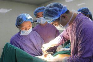 Đắp thuốc nam điều trị bệnh trĩ, nữ bệnh nhân bị hoại tử hậu môn