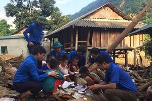 Tặng 35 suất quà cho các gia đình bị thiệt hại do mưa lũ