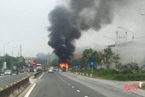 Hà Tĩnh: Tai nạn kép, xe khách 16 chỗ bốc cháy trơ khung
