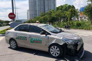 Taxi lộn 2 vòng sau tai nạn, tài xế may mắn thoát chết