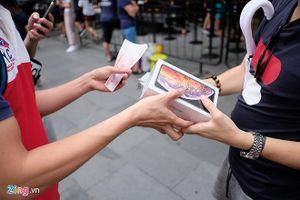 Nhiều người nhận 'trái đắng' khi vừa xếp hàng mua iPhone mới