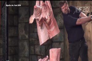 Người đàn ông với đôi tay khỏe nhất, cắt đôi lợn chỉ trong nháy mắt