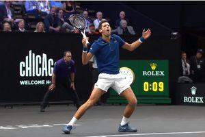 Djokovic không may có cú đánh trúng người Federer