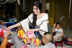 Hoa hậu Du lịch Emily Hồng Nhung đón Tết Trung thu cùng trẻ mồ côi