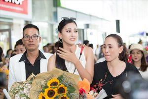 Tân Hoa hậu Tiểu Vy bật khóc khi gặp lại gia đình