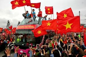 HLV Park Hang-seo suýt ngất vì diễu hành 5 tiếng trên... xe bus
