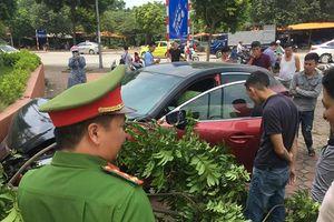 Xe Mazda vừa bị phạt hơn 22 triệu đồng lại gây tai nạn, náo loạn đường phố Hà Nội