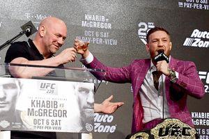McGregor ngông cuồng, nhấm nháp rượu trong họp báo trước cuộc đấu trở lại UFC