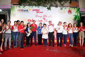 Lãnh đạo cùng nhân viên Vietjet mang đến trung thu đầm ấm cho trẻ khuyết tật