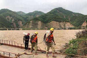 Công nhân truyền tải điện gồng mình khắc phục hậu quả của mưa lũ