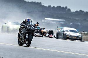 Cuộc tỉ thí tốc độ giữa xe phân khối lớn, xe đua F1, siêu xe, và máy bay chiến đấu