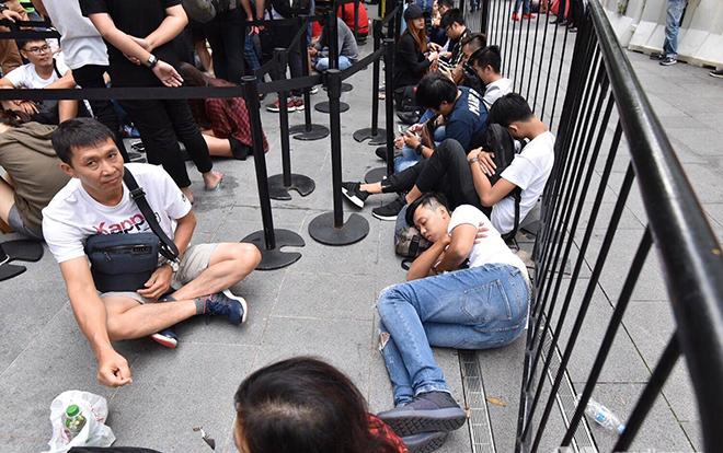 Vì sao người Việt năm nào cũng tích cực xếp hàng đợi mua iPhone mới tại Singapore?