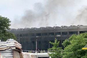 Cháy bãi đỗ ô tô, hơn 100 xe Mercedes-Benz bị thiêu rụi