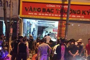 Sơn La: Clip cảnh vật lộn với 3 tên cướp tiệm vàng