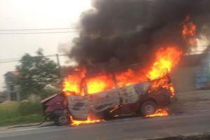 Hà Tĩnh: Đâm vào dải phân cách, xe 16 chỗ bốc cháy dữ dội