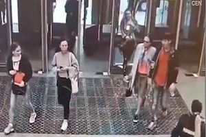 Mải dùng điện thoại, cô gái trẻ đâm thẳng và mắc kẹt ở cửa kính ga tàu điện ngầm