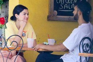 Selena Gomez tươi cười, trò chuyện vui vẻ khi đi ăn sáng cùng trai lạ