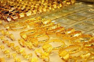 Cuối tuần, giá vàng SJC giảm chậm so với giá thế giới