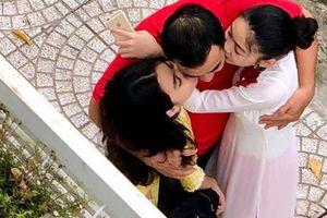 Khoảnh khắc 'chụp trộm' Quyền Linh ôm hôn 2 con gái gây xúc động mạnh