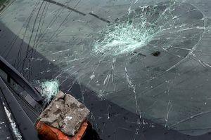 Người đập vỡ kính ôtô gần quốc lộ bị tạm giữ