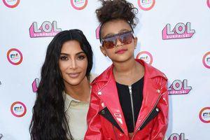 Con gái Kim Kardashian mặc cá tính, lần đầu trình diễn catwalk