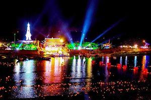 Hàng vạn đèn hoa đăng thắp sáng 'dòng sông hoa đỏ' Thạch Hãn