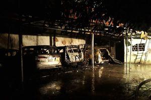 Cháy gara ôtô trong đêm, 2 chiếc xe bị thiêu rụi
