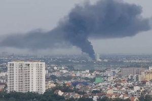 Cháy xưởng sản xuất chổi ở TP.HCM, khói đen mù trời