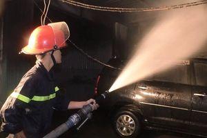 'Bà hỏa' bất ngờ thiêu rụi 4 ôtô trong đêm