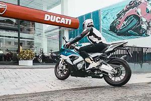 Cưỡi môtô BMW đến showroom 'đập thùng' Ducati Panigale V4S