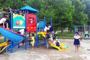 'Cõng' sân chơi lên với trẻ vùng biên