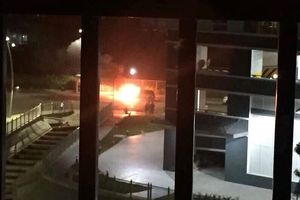 Dân chung cư Jamona cứu xe ô tô cháy ngùn ngụt